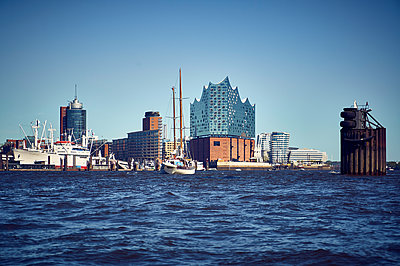 Hamburg cityscape from the waterside - p851m1573514 by Lohfink