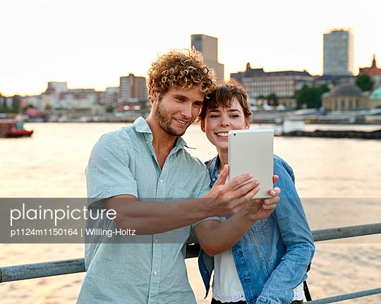 Selfie mit Blick auf den Hamburger Hafen - p1124m1150164 von Willing-Holtz