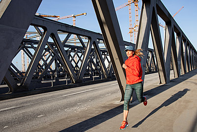 Woman jogging in Hamburg - p1678m2262301 by vey Fotoproduction
