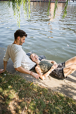 Couple at river Spree  - p276m2111108 by plainpicture