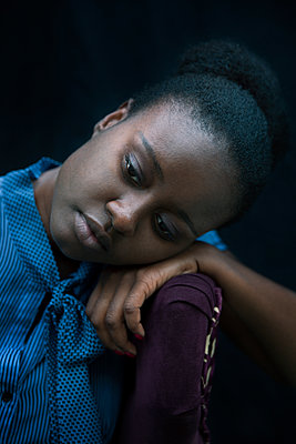 Black woman resting head on armchair - p555m1409294 by Shestock