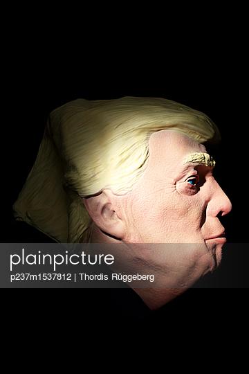 Trump aus Gummi - p237m1537812 von Thordis Rüggeberg