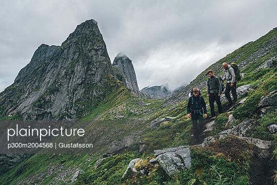Norway, Lofoten, Moskenesoy, Young men hiking at Markan mountain - p300m2004568 von Gustafsson