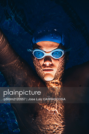 Portrait of paralympic young swimmer floating on water in a pool - p300m2120557 by Jose Luis CARRASCOSA