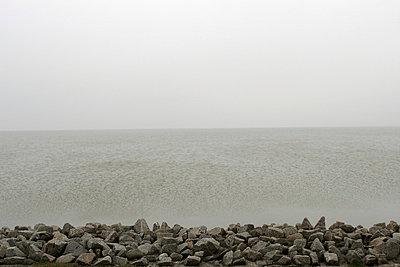 Steinufer am Meer - p1650326 von Andrea Schoenrock