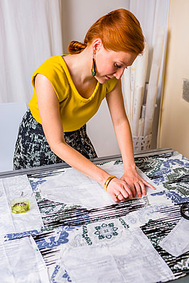 Fashion designer working on template - p300m1469709 by Giorgio Magini