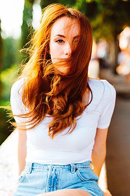 Portrait of redheaded woman with blowing hair - p300m2029104 von Giorgio Fochesato