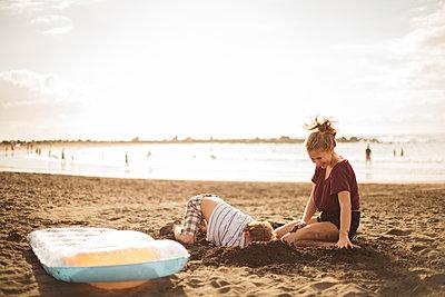 Children playing on beach - p312m1180406 by Juliana Wiklund