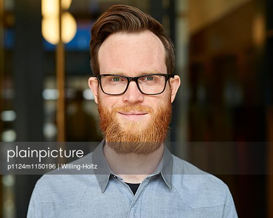 Junger Mann mit Bart und Brille - p1124m1150196 von Willing-Holtz