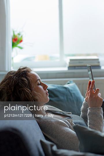 Junge Frau mit Ipad - p1212m1217228 von harry + lidy