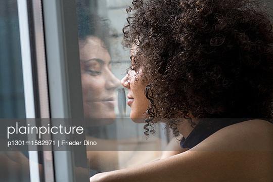 Junge Frau am Fenster - p1301m1582971 von Delia Baum