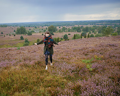 Woman jumping in heath - p1124m931780 by Willing-Holtz