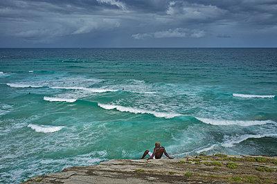 African man with ocean vista - p1125m1582640 by jonlove