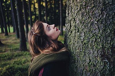 Junge Frau vor Baumstamm - p1184m1091936 von brabanski