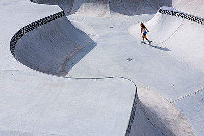 Young woman inline skating in skatepark - p300m2132535 by Stefan Schurr