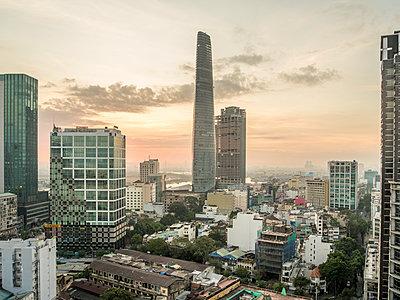 Skyline von Saigon bei Sonnenaufgang - p393m1452273 von Manuel Krug