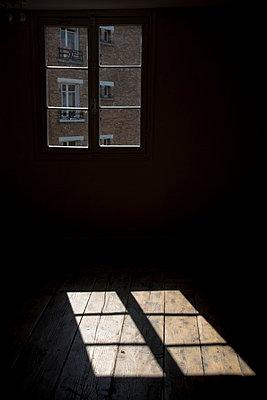 Licht durchs Fenster - p445m816772 von Marie Docher