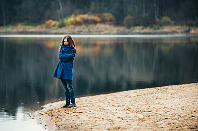 Caucasian woman wearing blue coat and scarf near lake - p555m1219491 by Ivan Evgenyev