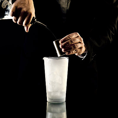 Barkeeper mixing Cocktail - p567m667646 by Philippe Levy