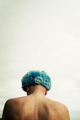 Blaue Kopfbedeckung - p597m971199 von Tim Robinson