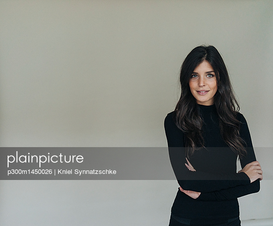 Portrait of smiling dark-haired young woman - p300m1450026 by Kniel Synnatzschke