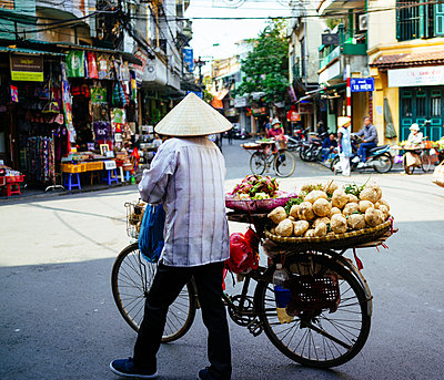 Vegetable hawker - p1053m967977 by Joern Rynio