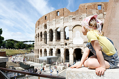 Italy, Rome, girl looking at colosseum - p300m1460024 by Florian Küttler