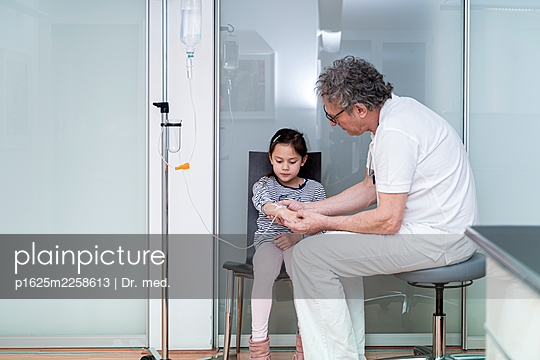 Doctor and little girl in consultation - p1625m2258613 by Dr. med.