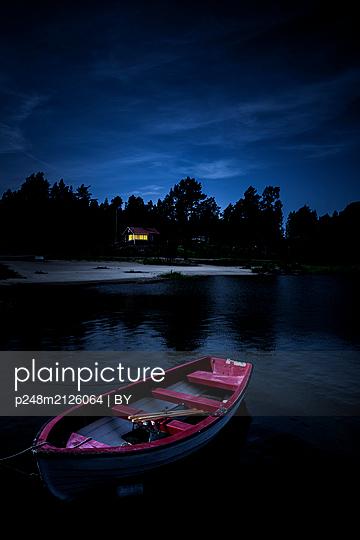 Fischerboot am Steg bei Nacht - p248m2126064 von BY