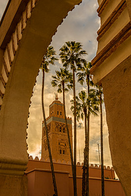 View of Koutoubia Mosque and palm trees through archway, UNESCO World Heritage Site, Marrakesh (Marrakech), Morocco, North Africa, Africa - p871m2003594 by Frank Fell