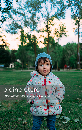 Portrait of fashionable little girl in autumnal park - p300m2041866 by Gemma Ferrando