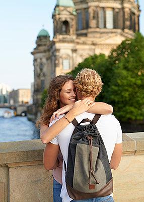 Junges Paar am Berliner Dom - p1124m1463320 von Willing-Holtz