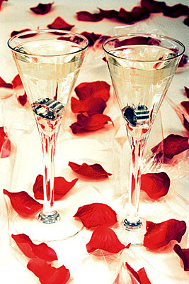 Champagne glasses with rings - p1210m2278091 by Ono Ludwig