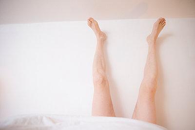 Männerbeine aus der Bettdecke - p1212m1116040 von harry + lidy
