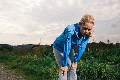 Blonde Frau in Trainingskleidung - p586m971664 von Kniel Synnatzschke