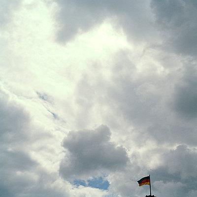 Fahne in der Ecke - p949m757931 von Frauke Schumann