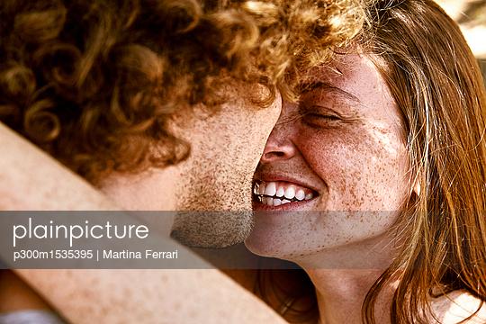 plainpicture | Photo library for authentic images - plainpicture p300m1535395 - Happy young couple hugging - plainpicture/Westend61/Martina Ferrari