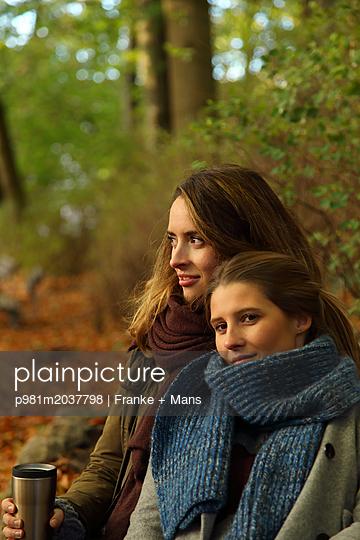 Freundinnen - p981m2037798 von Franke + Mans