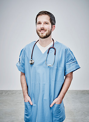 Male doctor wearing scrubs - p1312m1514857 by Axel Killian