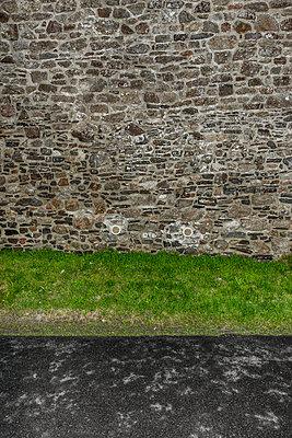 Straße vor Steinmauer - p248m1225348 von BY