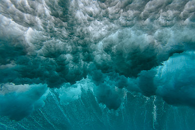 Maledives, Ocean, underwater shot, wave - p300m2023494 by Konstantin Trubavin