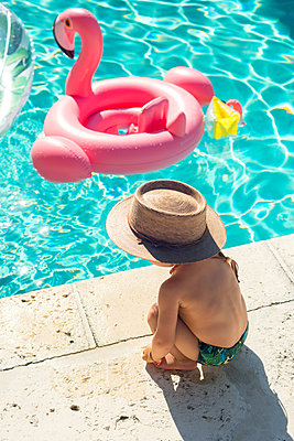 Toddler at swimming pool in summer - p429m2022972 by Lindsay Upson