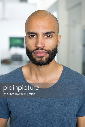 Mann im Portrait - p1156m1572802 von miep