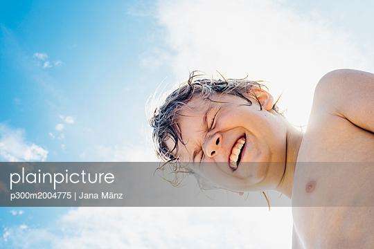Portrait of happy boy outdoors - p300m2004775 von Jana Mänz