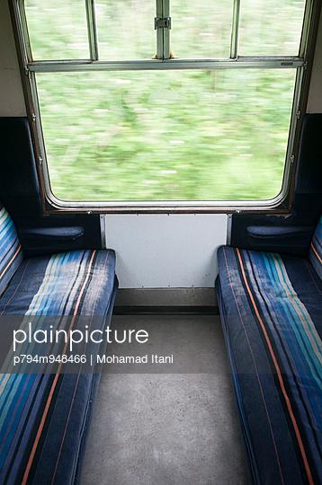 plainpicture - plainpicture p794m948466 - Seats inside a