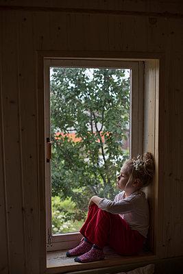 Little girl sits on windowsill - p1642m2222226 by V-fokuse
