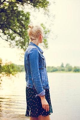 Frau am Fluss - p904m932321 von Stefanie Päffgen
