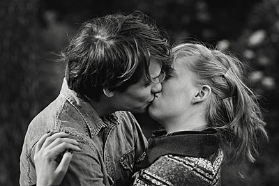 Young couple kissing - p972m1088607 by Felix Odell