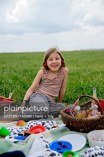 Mädchen beim Picknick - p1212m1145990 von harry + lidy