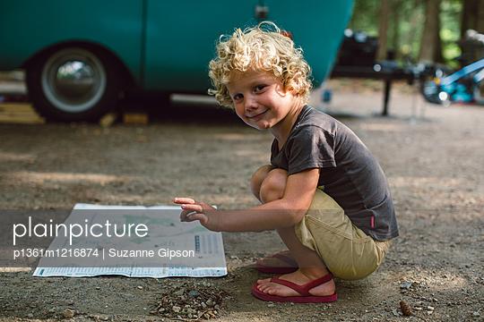 Kleiner Junge vor Wohnwagen - p1361m1216874 von Suzanne Gipson